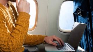 飛行機でパソコン